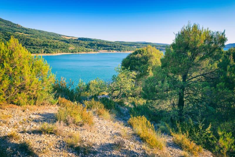 Национальный парк ущелий Вердон, красивый ландшафт с озером и река в горах Альп, Провансаль, Франция стоковое изображение rf