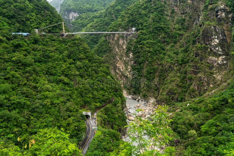 Национальный парк ущелья Taroko в Тайване Красивые зеленые холмы покрытые с сочной листвой с тоннелем и висячим мостом стоковые изображения