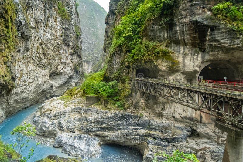 Национальный парк ущелья Taroko в Тайване Красивый скалистый мраморный каньон с опасными скалами и рекой Точка зрения близко стоковые фотографии rf