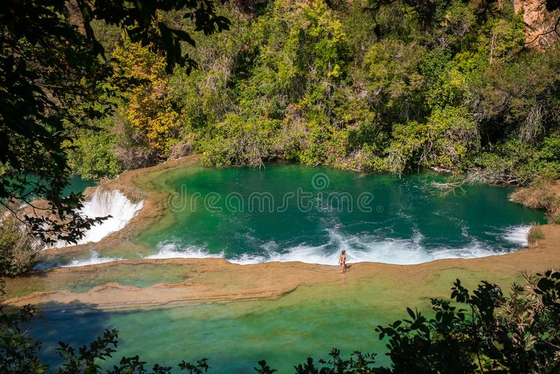 Национальный парк Krka, зеленые водопады акварели в Далмации, Хорватии около Sibenik стоковая фотография