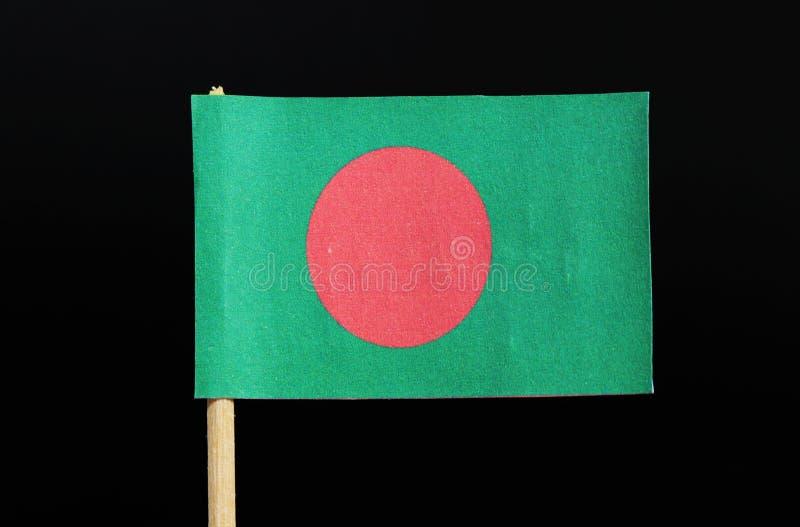 Национальный флаг Бангладеша на зубочистке на черной предпосылке Красный диск на зеленом поле стоковое фото