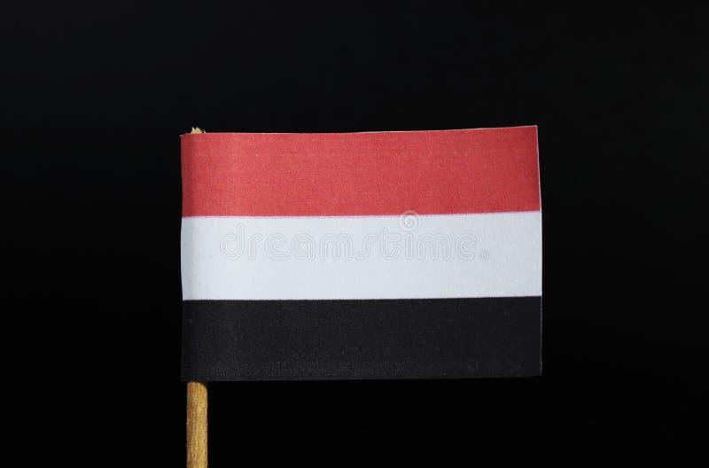 Национальный флаг Йемен на зубочистке на черной предпосылке горизонтальное tricolour красного, белого и черного стоковое фото rf