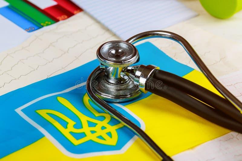 Национальный флаг на серии стетоскопа и cardiogram схематической - Украине стоковые изображения