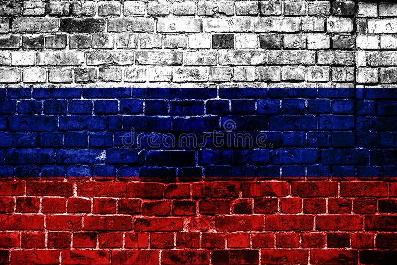 Национальный флаг России на предпосылке кирпича стоковое фото