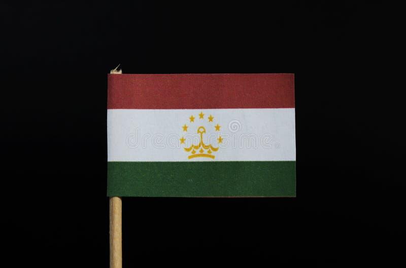 Национальный флаг Таджикистана на зубочистке на черной предпосылке Горизонтальное tricolor красного, белого и зеленого стоковые фотографии rf