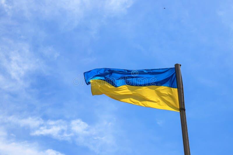 Национальный флаг Украины летает в голубое небо Желтый голубой украинский флаг День независимости, конституция, национальный праз стоковые фото