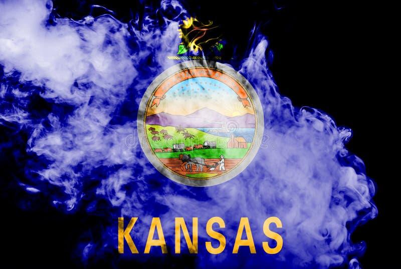 Национальный флаг штата США Канзаса внутри против серого дыма в день независимости в других цветах голубое красного и иллюстрация штока