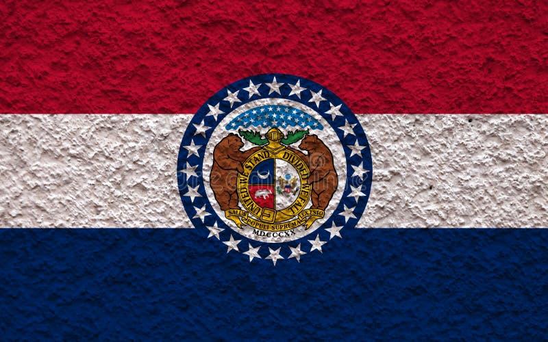 Национальный флаг штата США Миссури внутри против серой стены с каменистой поверхностью в день независимости в голубое красном и стоковое фото rf