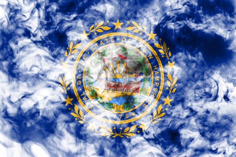 Национальный флаг штата США Нью-Хэмпширского внутри против серого дыма в день независимости в других цветах голубого красного цве стоковые фотографии rf