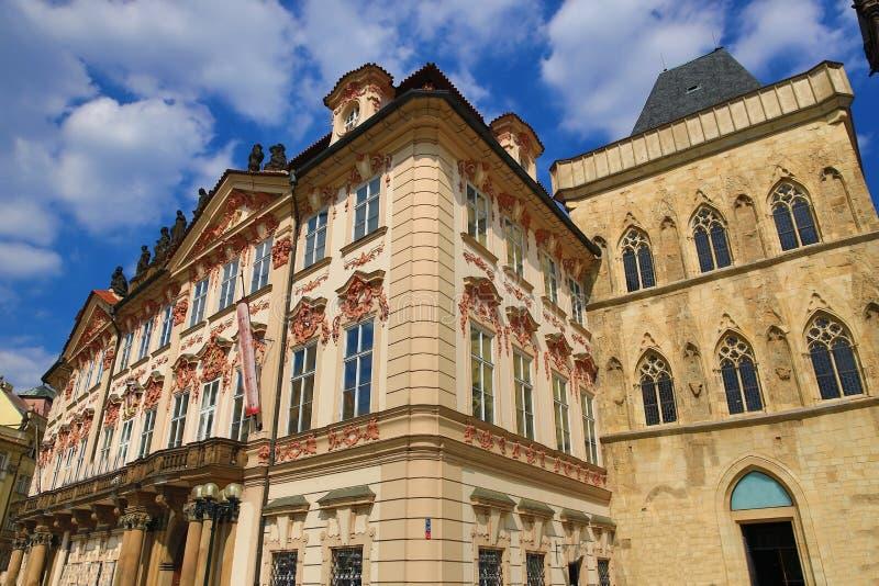 Национальная галерея, готическая церковь нашей дамы перед Tyn, старых зданий, старой городской площади, Праги, чехии стоковые фотографии rf