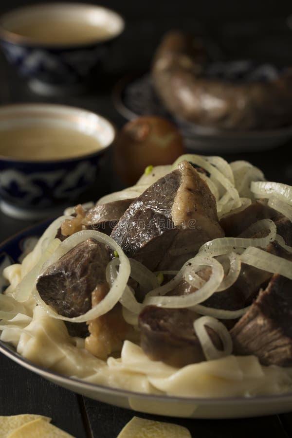 Национальное блюдо казаха - Beshbarmak Закройте вверх по съемке стоковое изображение rf