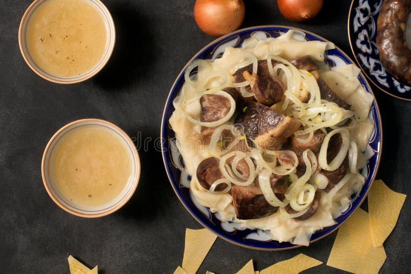 Национальное блюдо казаха - Beshbarmak и бульон мяса стоковое фото