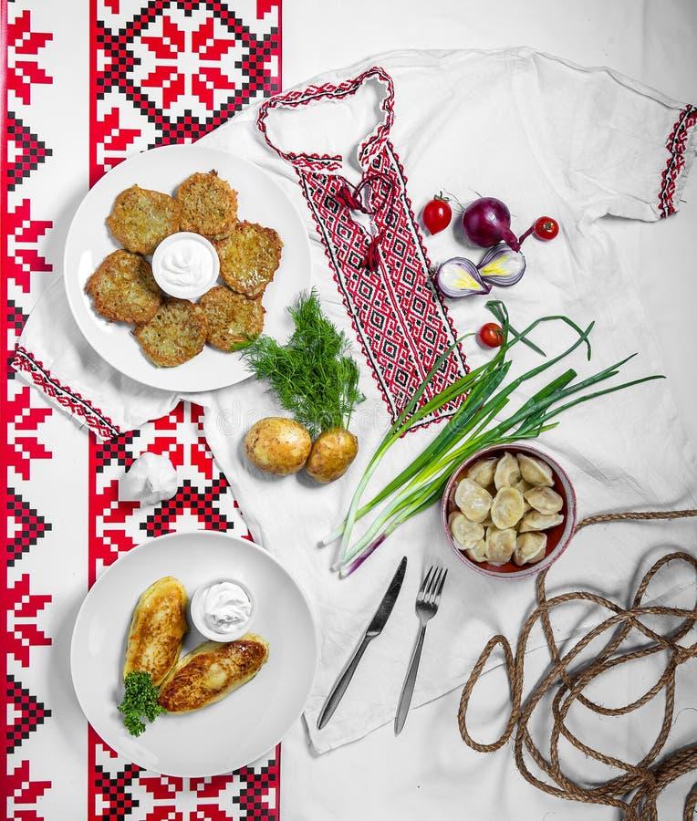 Национальные блюда для обедающего, блинчики, zrazy, вареники стоковое изображение rf