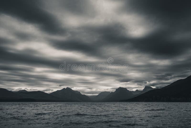 национальный парк mcdonald Монтаны ледникового озера черная белизна небо overcast стоковые изображения rf