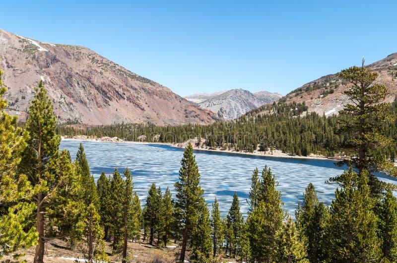 Национальный парк Yosemite -, который замерли озеро стоковое изображение rf