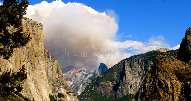 Национальный парк Yosemite с огнем за половинным куполом стоковые изображения rf