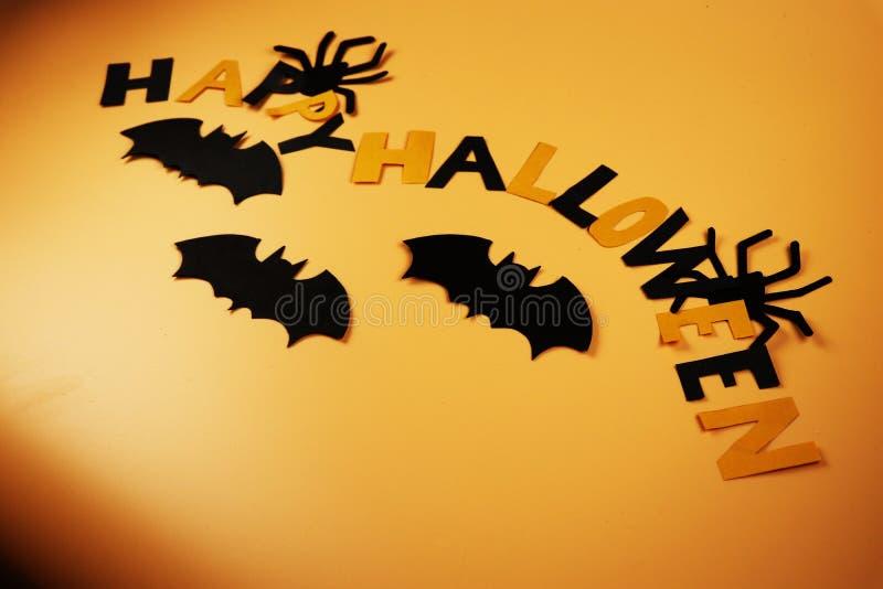 Начала хеллоуина Желать счастливый хеллоуин Дети фокус-или-обрабатывая в костюме Черные пауки и летучие мыши Запись Incred стоковая фотография rf