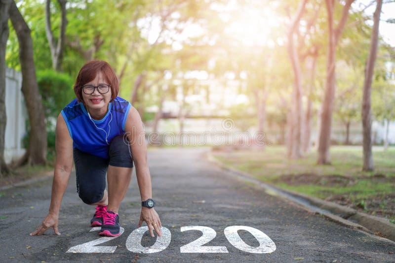Начало нового 2020 года ставит цели Здоровый образ жизни Старший жительница Азии счастливый бег бегом стоковое фото rf
