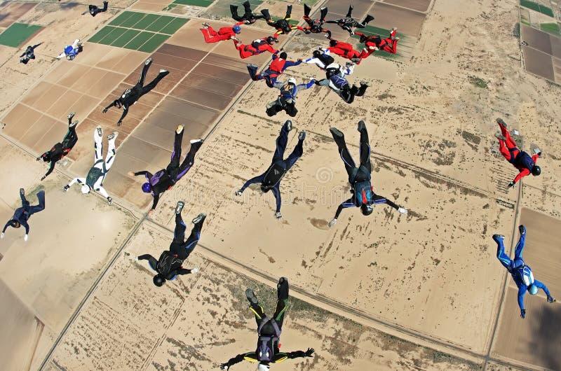 Начало Parachutists принимает после скачки стоковая фотография
