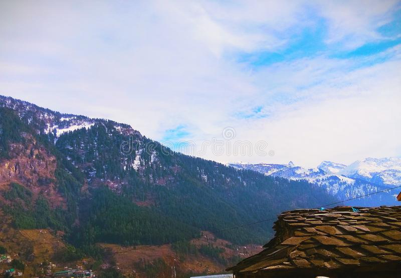 Начало snowline Гималаев в Manali стоковая фотография rf