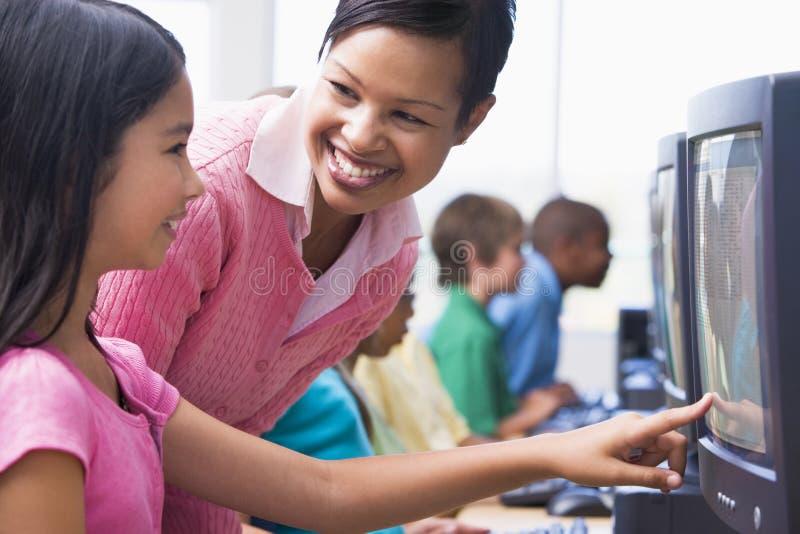 начальная школа компьютера типа стоковые фотографии rf