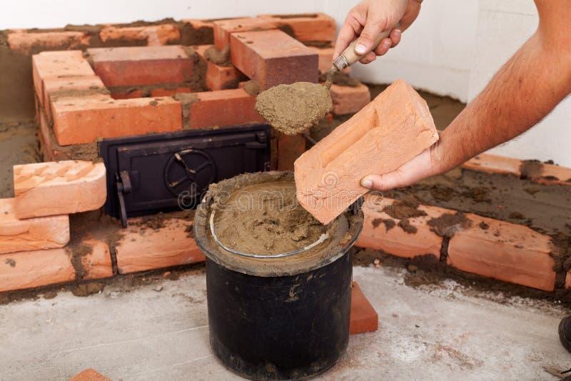 Начинать построить печку - крупный план на руках стоковое фото