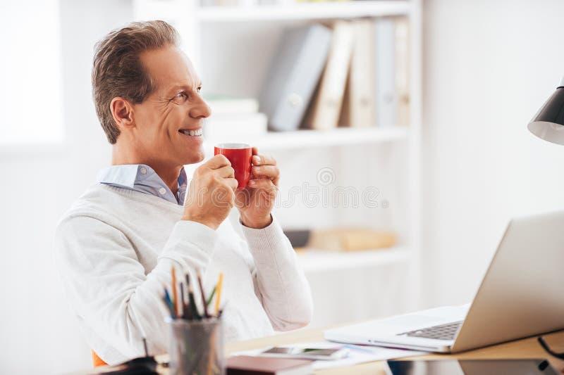 Начинающ его рабочий день с кофе стоковые изображения