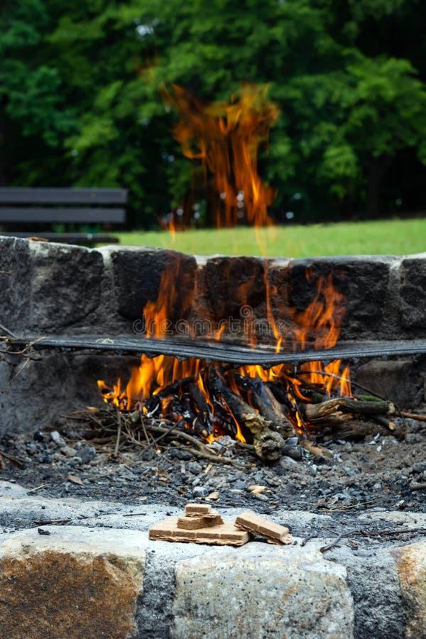Начинающ разжигать для огня на заднем плане пламени стоковая фотография