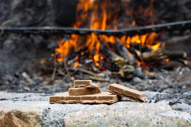 Начинающ разжигать для огня на заднем плане пламени стоковые фото