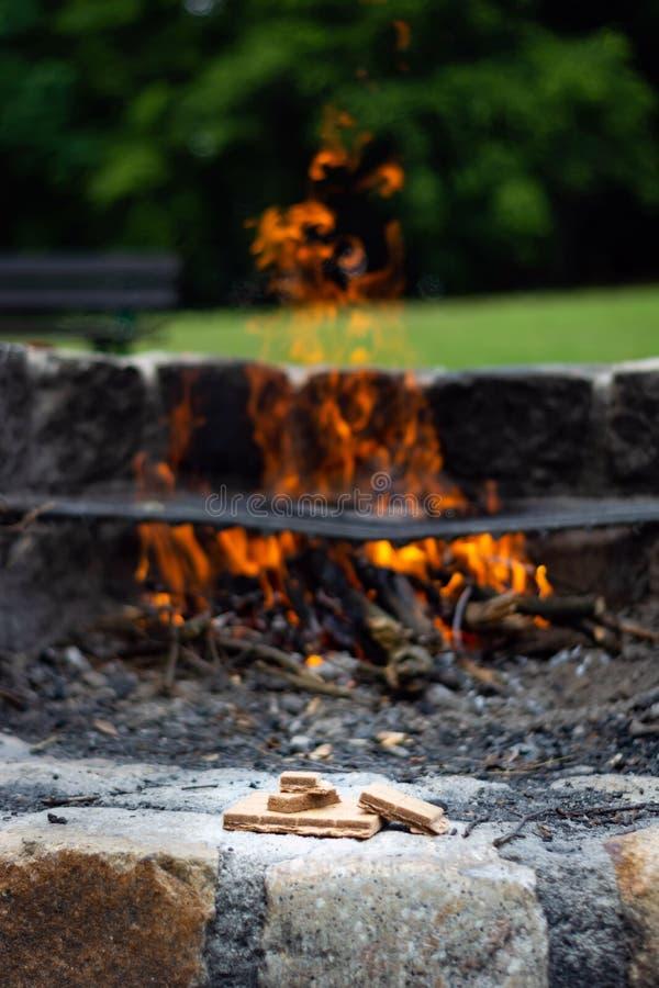 Начинающ разжигать для огня на заднем плане пламени стоковые изображения