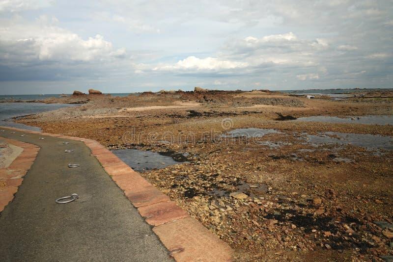 Начиная набережная к острову Ile de brehat в Бретани стоковые изображения rf