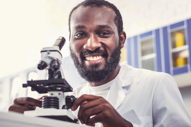 Начиная работа микробиолога усмехаясь в лаборатории стоковые фотографии rf