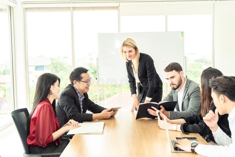 Концепция дела сыгранности Начните вверх бизнесменов в современном офисе, работая совместно имеющ успех Multi этнический запуск стоковые изображения