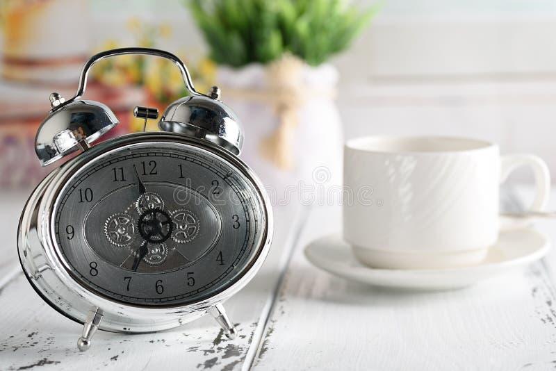 Начните вверх концепцию Кофейная чашка, будильник старт дня кофе утра стоковые фотографии rf