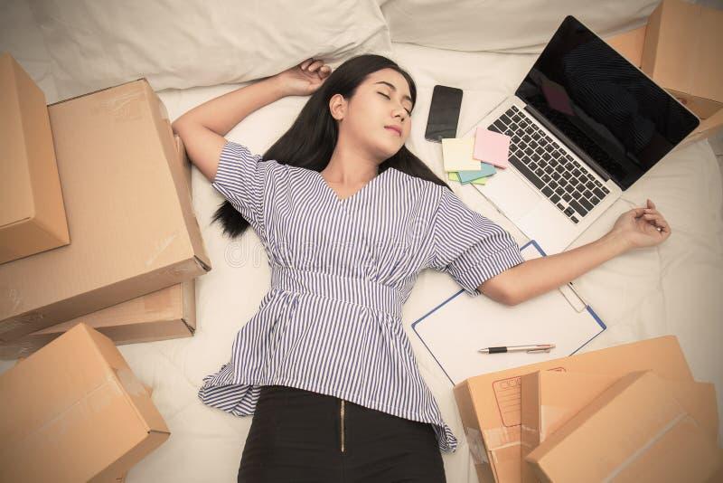 Начните вверх МАЛЫЕ И СРЕДНИЕ ПРЕДПРИЯТИЯ предпринимателя мелкого бизнеса или работать женщина работая дома в концепции кровати стоковые фотографии rf