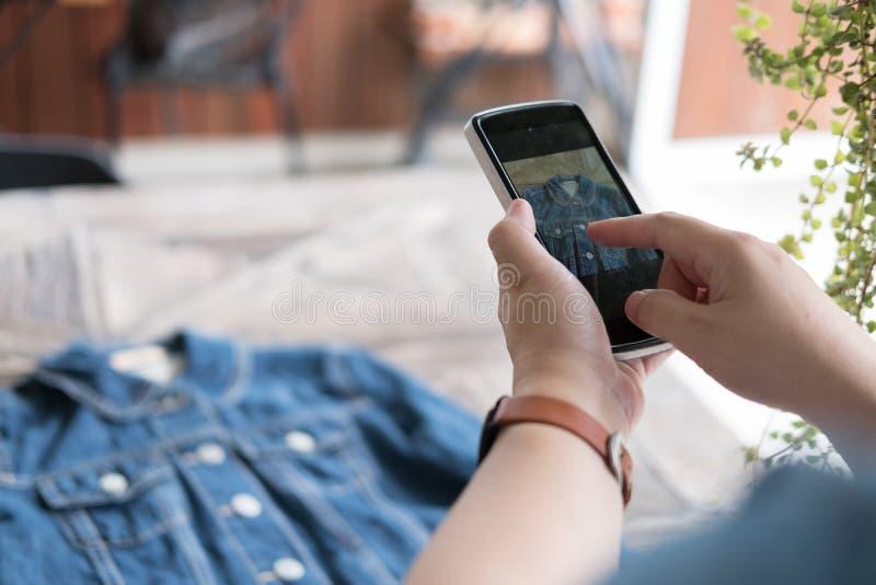 Начните вверх предпринимателя мелкого бизнеса держать мобильный телефон и примите phot стоковое изображение rf