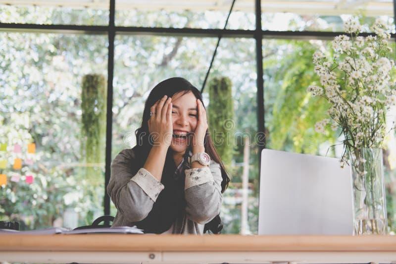 Начните вверх руку положенную женщиной на стороне на офисе независимое женское entr стоковые изображения