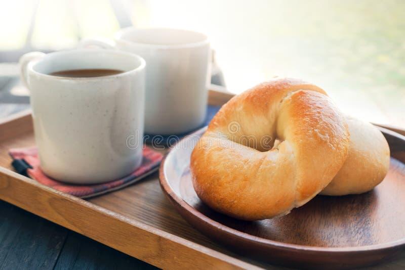 Начните день свежим домодельным хлебом бейгл и горячим кофе в th стоковые изображения rf