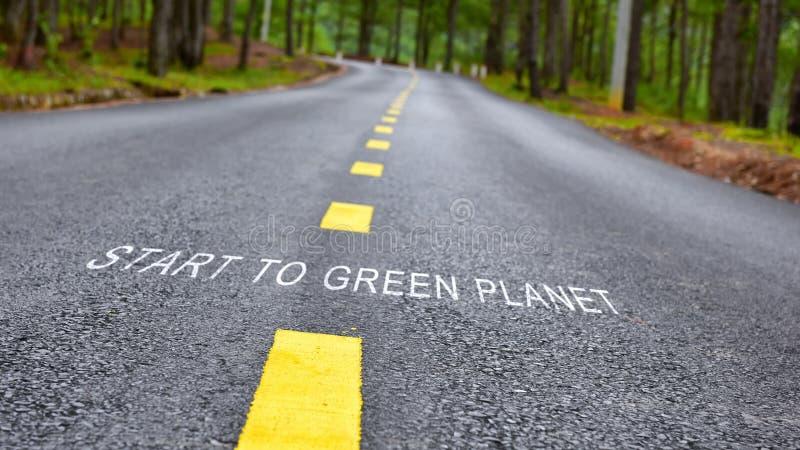 Начните позеленеть слова планеты на дорожном покрытии стоковые изображения