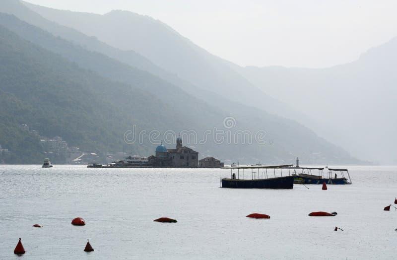 Наша дама взгляда острова утеса от залива Perast Kotor Черногория стоковое фото