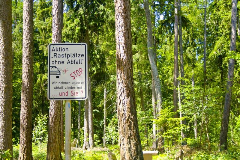 Наши зоны отдыха должны быть выведены чистый и не должны быть использованы как место захоронения отходов стоковые изображения