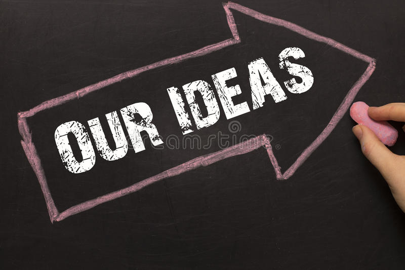Наши идеи - доска с стрелкой на черноте стоковые изображения rf