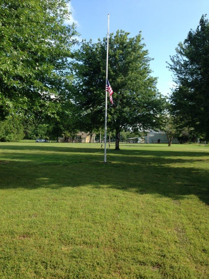 Наш флаг показанный на полу-рангоуте стоковая фотография