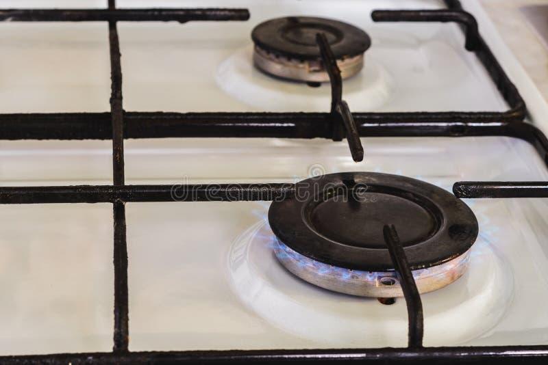 На белой газовой плите горелка освещена от что пламя природного газа видимо стоковые фото
