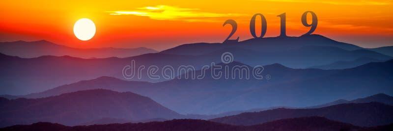 2019 на больших закоптелых горах стоковое изображение rf