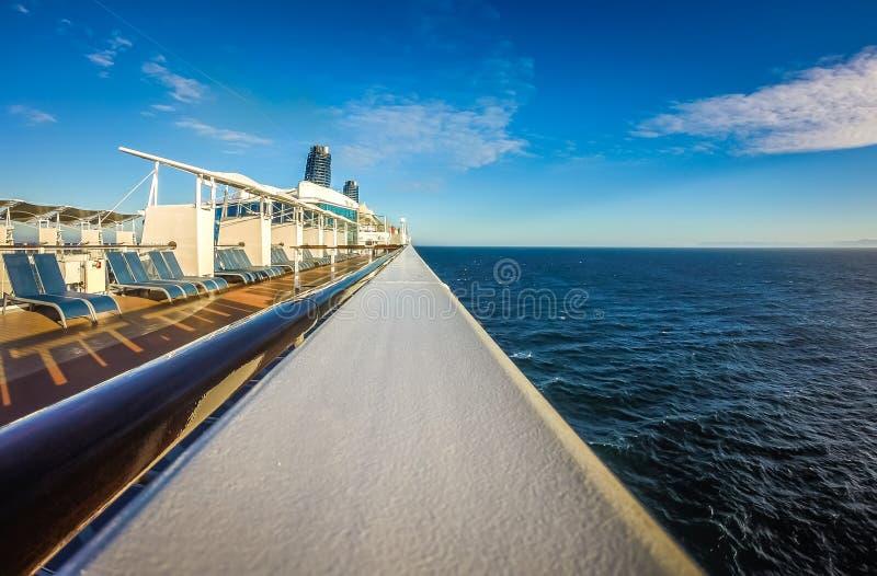 На большом туристическом судне к Аляске в Тихом океане стоковые фото