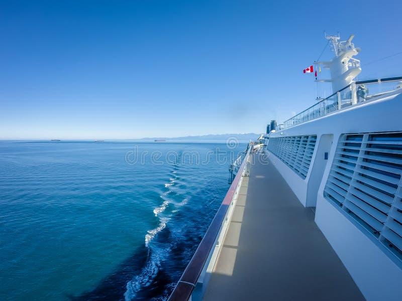 На большом туристическом судне к Аляске в Тихом океане стоковая фотография rf