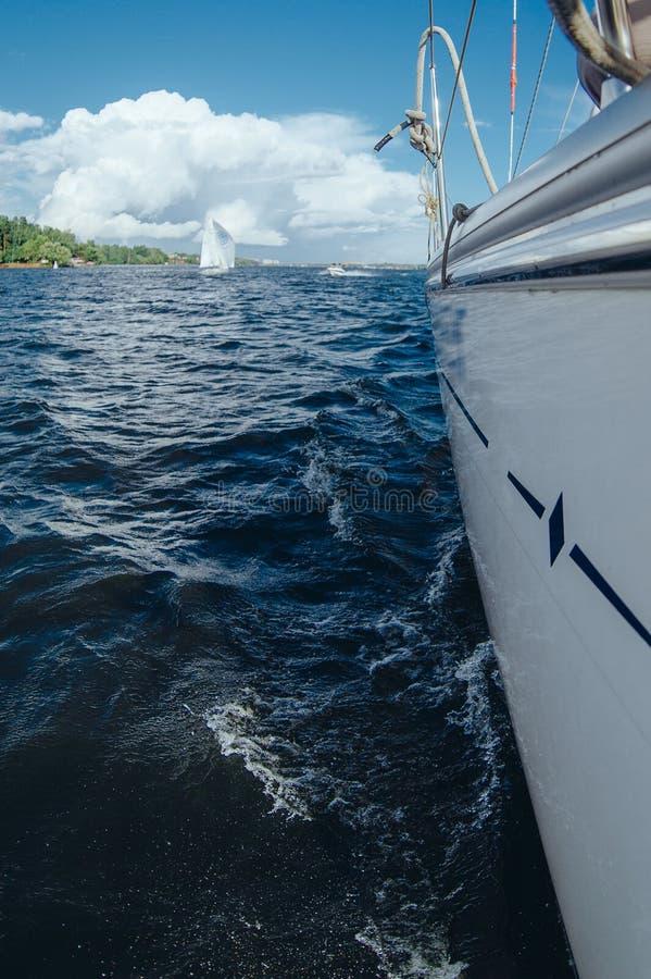 На борту яхты внутренность развевает озеро стоковые фото