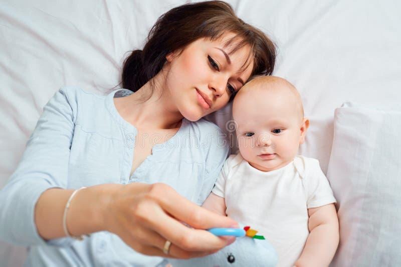 над взглядом Мать и младенец на взгляд сверху кровати стоковое изображение