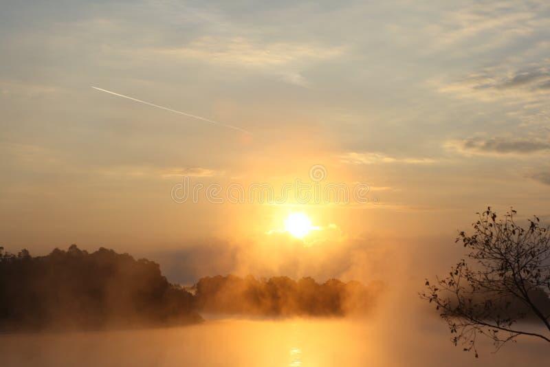 над восходом солнца реки стоковые изображения rf